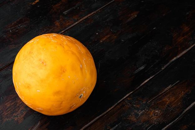 ペピーノメロンセット、古い暗い木製のテーブルの背景、テキストのコピースペース