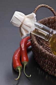 コショウとバスケットに植物油のボトル
