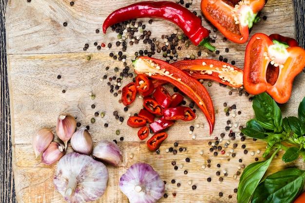후추와 말린 후추. 식탁에 향신료. 자연적이고 신선한 채소로 만든 요리와 샐러드