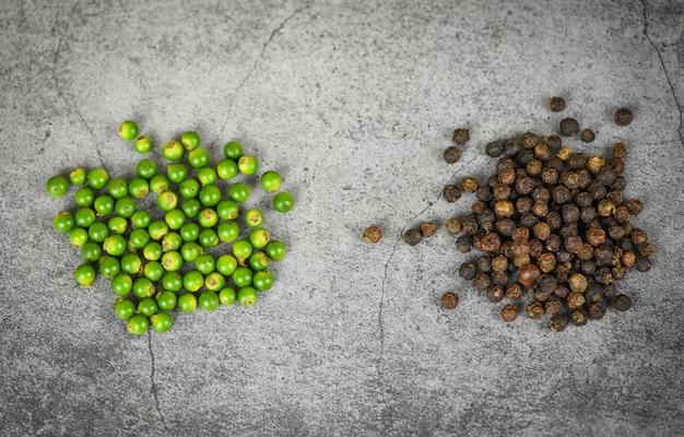 材料料理タイ料理ハーブやスパイスの暗い、新鮮な緑胡pepperと黒胡pepperの種子の胡ep