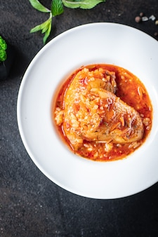 후추 쌀 박제 토마토 소스 야채 접시에 신선한 야채 테이블 식사 간식