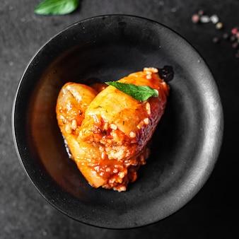 ピーマン詰めご飯野菜トマトソース新鮮な野菜をテーブルの上のプレートに食事スナック