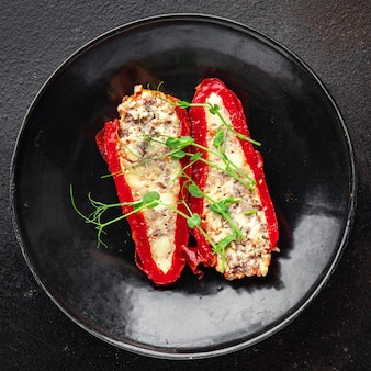 Перец фаршированные овощи мясо свинина говядина или курица мясо овощи свежие порция готовая к употреблению