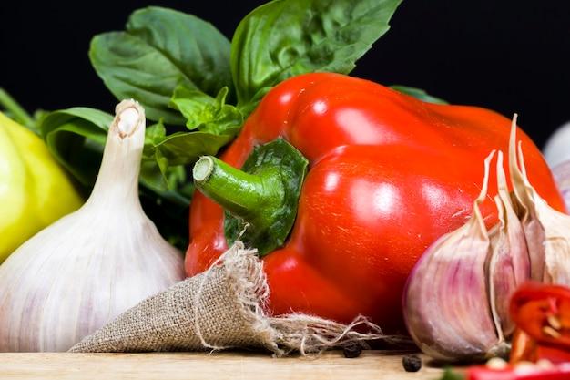 ピーマンズッキーニにんにくやその他の野菜やスパイスの料理とソースのクローズアップ食品栄養のクローズアップ