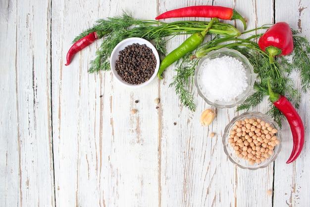 緑と赤と唐辛子、フェンネル、塩、黒胡pepper、ニンニク、エンドウ豆、クローズアップ、健康概念、平面図、フラットレイアウトと白い木製のテーブルのピクルス
