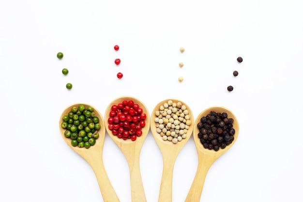 白の木のスプーンで緑、赤白と黒胡pepper