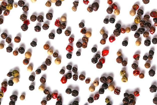 Grani di pepe sul tavolo