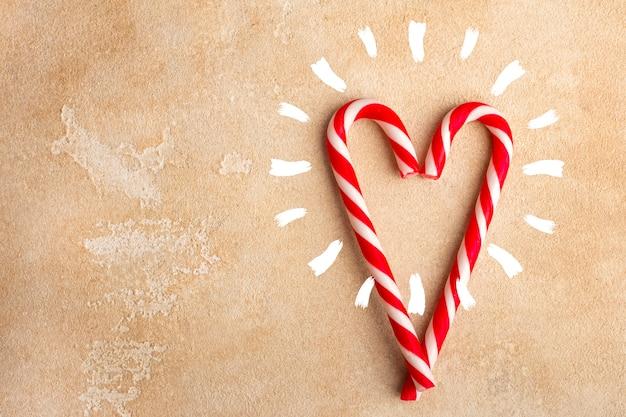 ハート型のペパーミントキャンディケイン。クリスマス。コピースペース