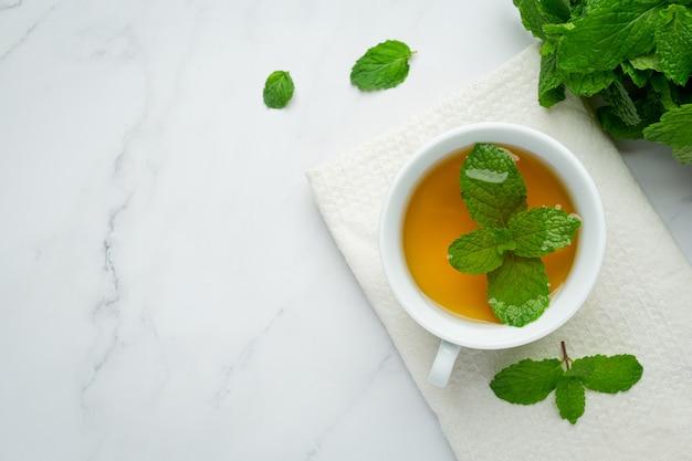 Tè alla menta in vetro pronto da bere