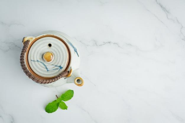 Мятный чай в стакане, готовый к употреблению