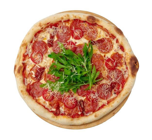 白い表面の上面図で分離されたペパロニピザ