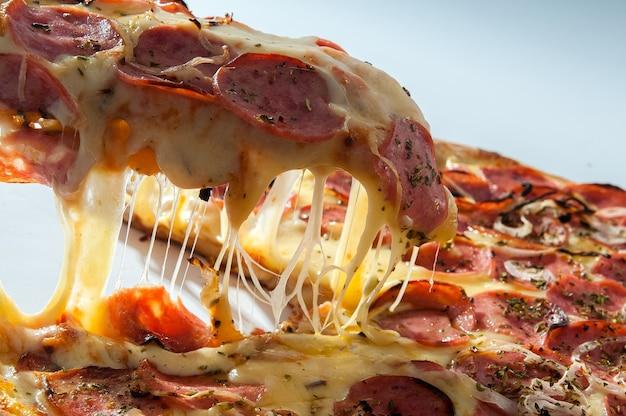 白で隔離のペパロニピザ