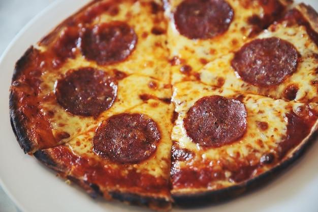皿にペパロニピザ