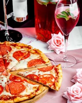테이블에 페퍼로니 피자
