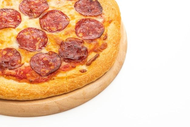 白いテーブルの上のペパロニピザ