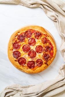 Пицца пепперони на деревянном подносе - итальянская кухня