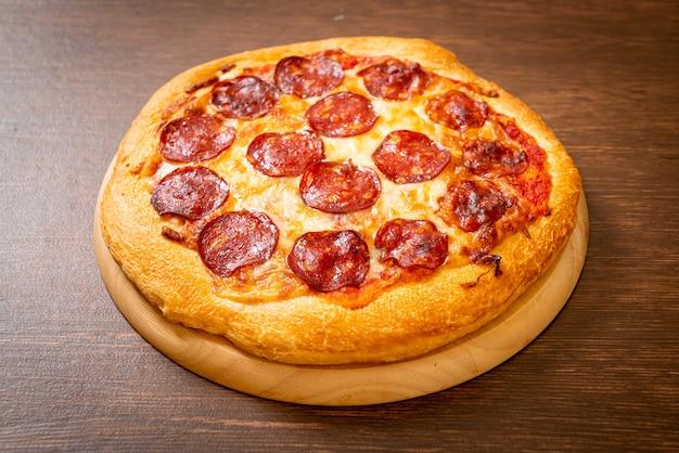 ウッドトレイにペパロニピザ