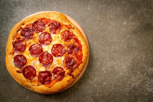 木製トレイのペパロニピザ