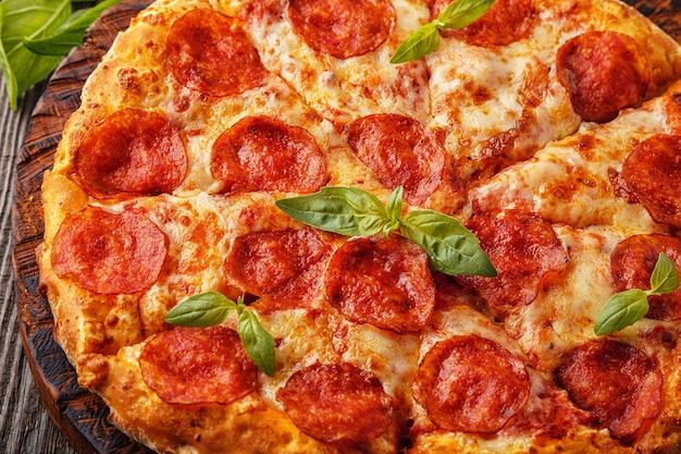 モッツァレラチーズ、チーズ、トマトソースのペパロニピザ