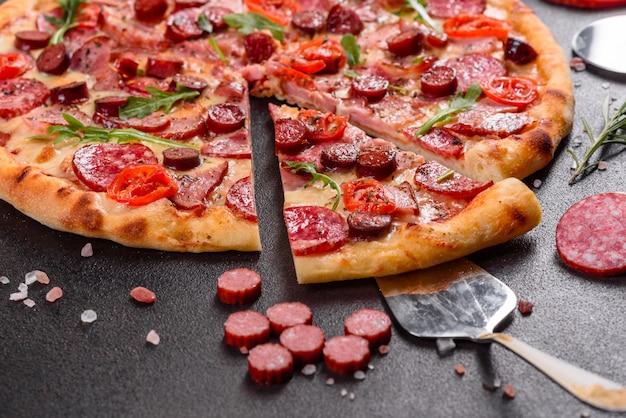 Пицца пепперони с сыром моцарелла, салями, ветчиной. итальянская пицца