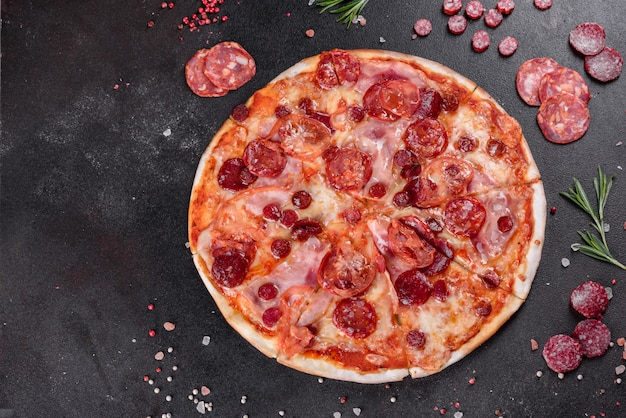 모짜렐라 치즈, 살라미 소시지, 토마토, 후추, 향신료와 페퍼로니 피자. 이탈리아 요리