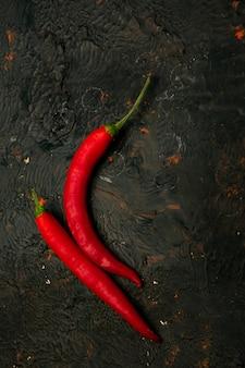 唐辛子、チリの前で燃えるカイエンヌ赤、クローズアップ