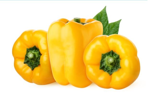ピーマンが分離されました。クリッピングパスと白い背景に分離された3つの黄色のピーマン。葉と新鮮な野菜の束。