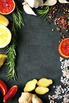 고추 믹스, 히말라야 소금, 로즈마리, 마늘, 레몬, 생강, 레드 오렌지.