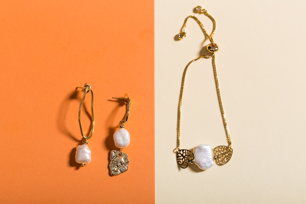 完璧なアクセサリー。トレンディなジュエリーセット。ファッションジュエリーと宝石類。上面図。