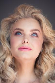 完璧な金髪の女性の美しさの肖像画
