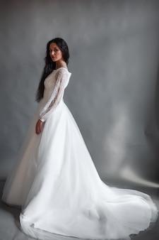 長い白いドレスを着た女の子の完璧な花嫁の肖像画美しい髪ときれいな繊細な肌