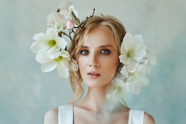 보석, 긴 흰 드레스에 초상화 소녀와 함께 완벽한 신부. 아름다운 머리카락과 깨끗한 섬세한 피부.