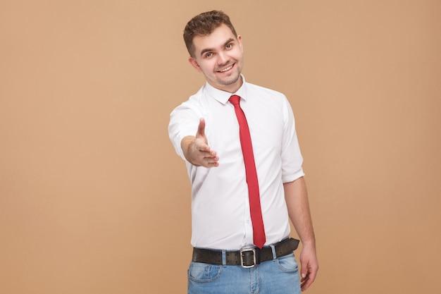 Идеальный бизнесмен показывает привет, привет знак и приветствует новую работу. концепция деловых людей, хорошие и плохие эмоции и чувства. студийный снимок, изолированные на светло-коричневом фоне