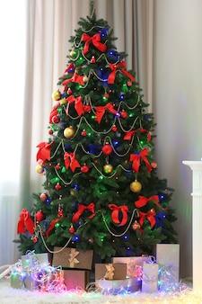 Идеальная елка с подарками внизу в гостиной