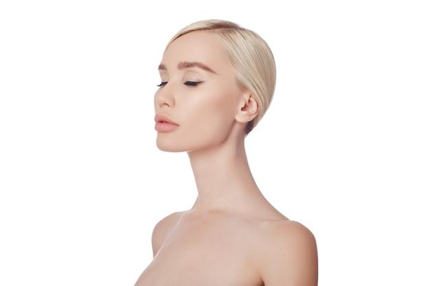 Идеально чистая кожа женщины, средство от морщин. омолаживающий эффект при уходе за кожей. чистые поры без морщин. девушка блондинка на белом фоне изолировать, копией пространства. здоровая кожа лица