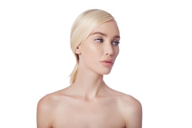 완벽한 깨끗한 여성의 피부, 주름개선 화장품. 피부 관리에 회춘 효과. 주름이 없는 깨끗한 모공. 흰색 배경에 금발 소녀 격리, 공간 복사. 건강한 얼굴 피부