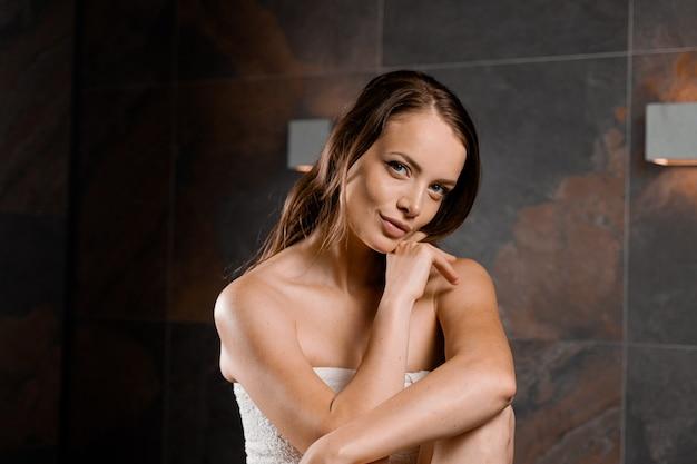 Идеальное лицо модели в спа. портрет красоты молодой женщины в полотенце. уход за кожей и телом.