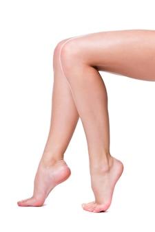 흰색 배경에 고립 된 완벽한 여성 다리