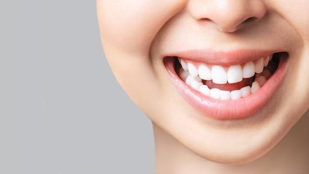 Идеальная улыбка здоровых зубов молодой азиатской женщины. отбеливание зубов. пациент стоматологической клиники. образ