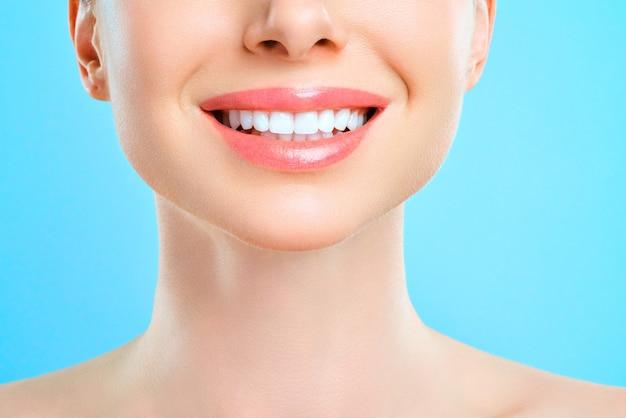 若い女性の完璧な健康な歯の笑顔。歯のホワイトニング。歯科治療、口腔病学の概念。