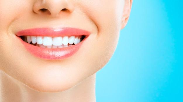若い女性の完璧な健康な歯の笑顔。歯のホワイトニング。歯科医院の患者。画像は、口腔ケア歯科、口腔病学を象徴しています。