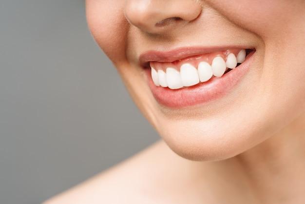 Идеальные здоровые зубы улыбка молодой женщины отбеливание зубов изображение пациента стоматологической клиники символизирует