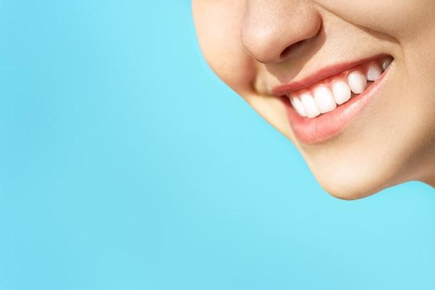 젊은 여자의 완벽한 건강한 치아 미소. 치아 미백. 치과 진료소 환자. 구강 개념.