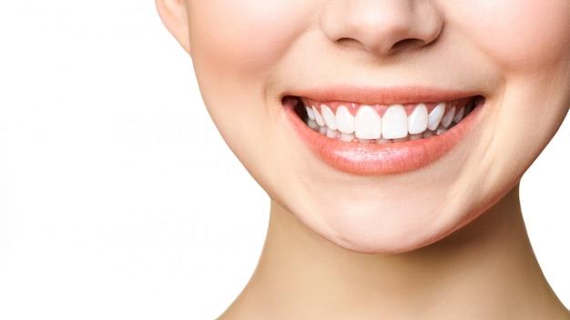 若い女性の完璧な健康な歯の笑顔。歯のホワイトニング。