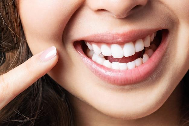 若い女性の完璧な健康な歯の笑顔