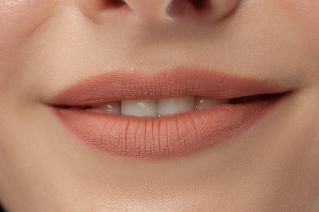 完璧な唇。美女スマイル。自然なふっくらとしたフルリップ。詳細をクローズアップ