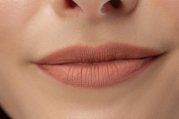 완벽한 입술. 섹시한 여자 입을 닫습니다. 뷰티 젊은 여자 미소. 내추럴 한 통통 풀 립. 입술 확대.