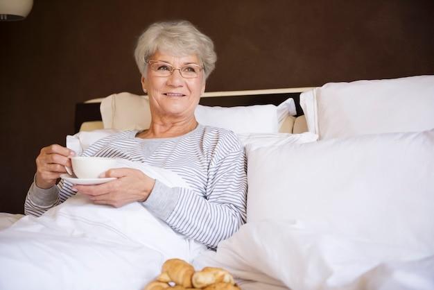 Mattina perfetta con una tazza di caffè nel mio letto