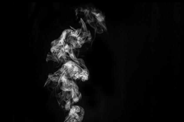 검은 배경에 격리된 완벽한 신비로운 곱슬 흰색 증기 또는 연기. 추상적 인 배경 안개 또는 스모그, 할로윈 디자인 요소, 콜라주 레이아웃.