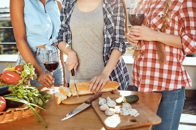 친구들과 피크닉을 위해 음식을 준비하는 캐주얼 옷을 입은 여성의 완벽한 피크닉 자른 이미지